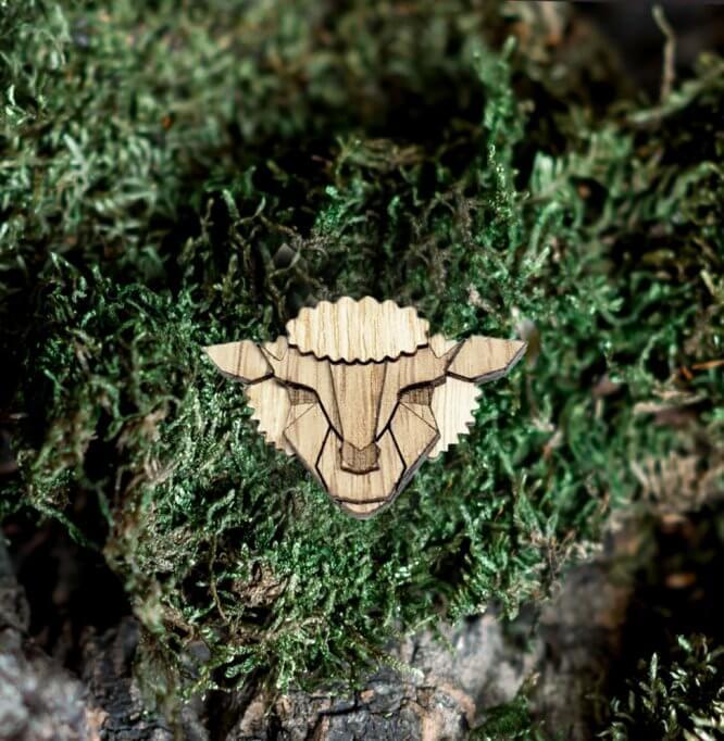 Ovečka - drevená brošňa