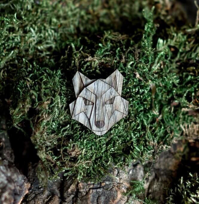 Vlk - drevená brošňa