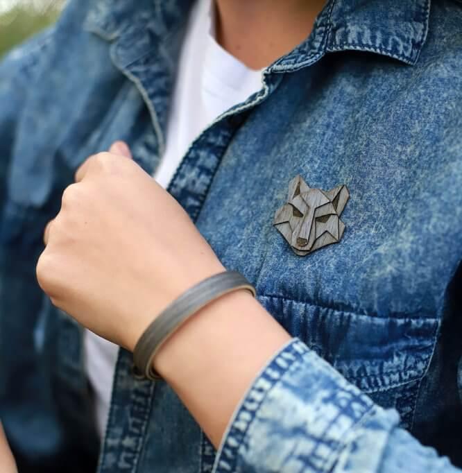 Vlk - drevená brošňa na bunde