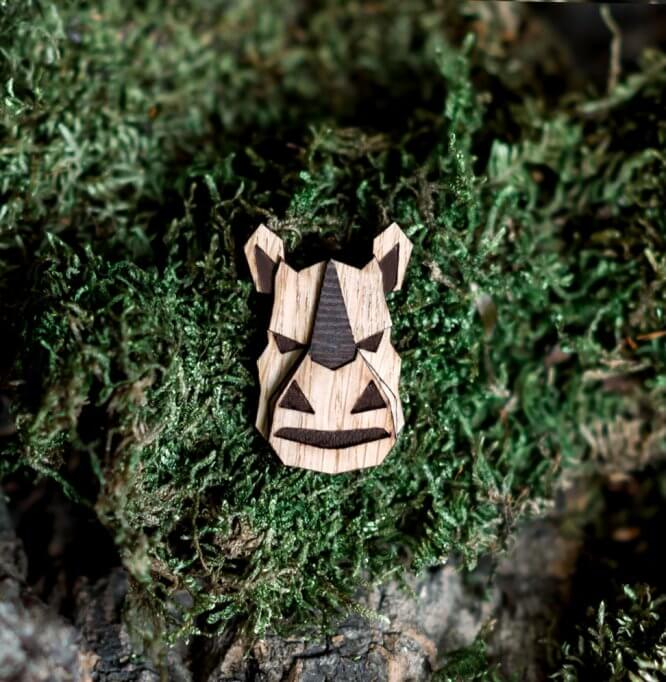 Nosorožec - drevená brošňa