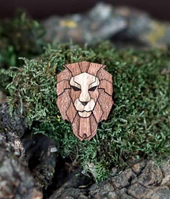 Lev - drevená brošňa