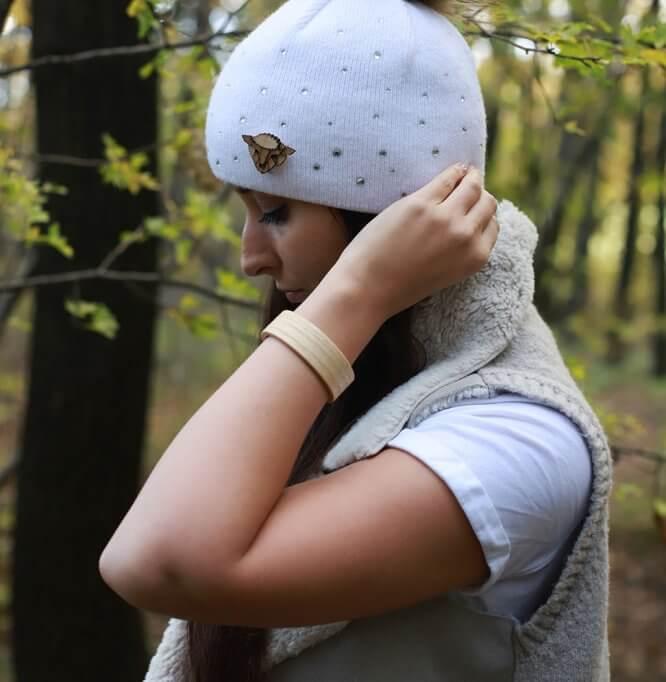 Ovečka - drevená brošňa na čiapke